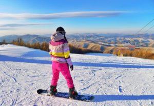 жена в шарен ски костюм кара сноуборд