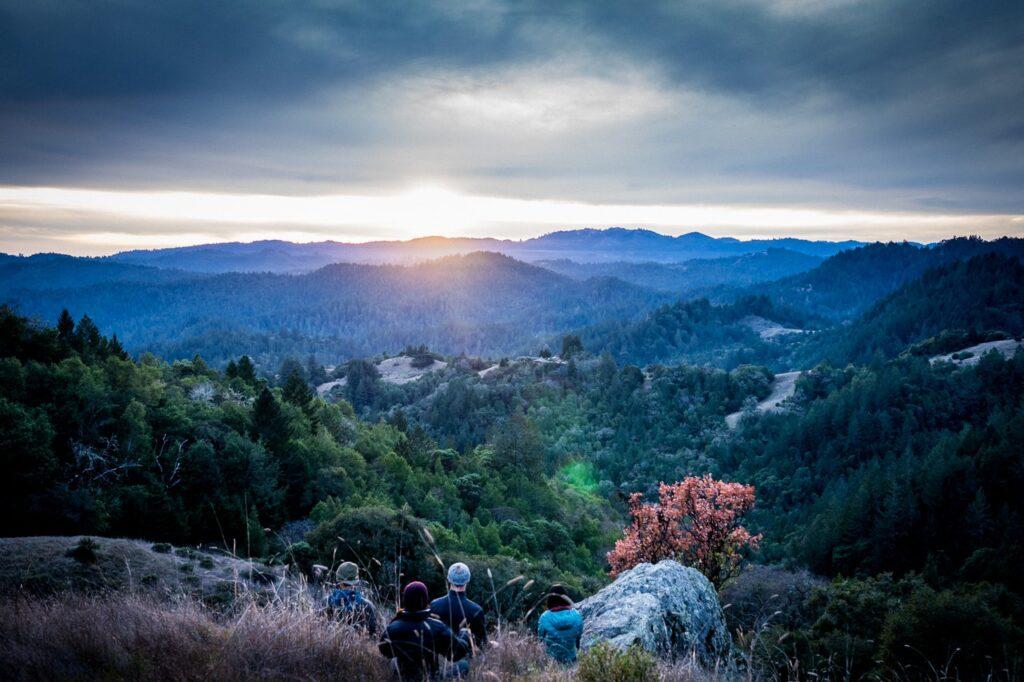 катерачи наблюдаващи планината
