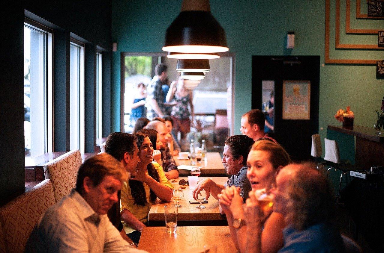 хора се хранят в ресторант