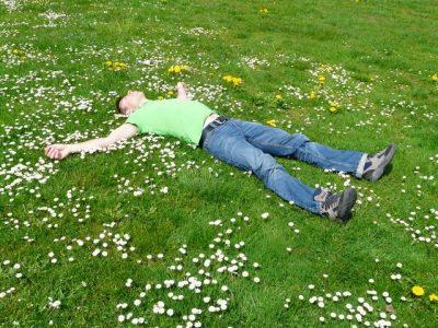 мъж лежи на трева